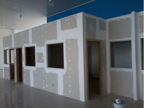 Drywall com vidro e porta no ABC